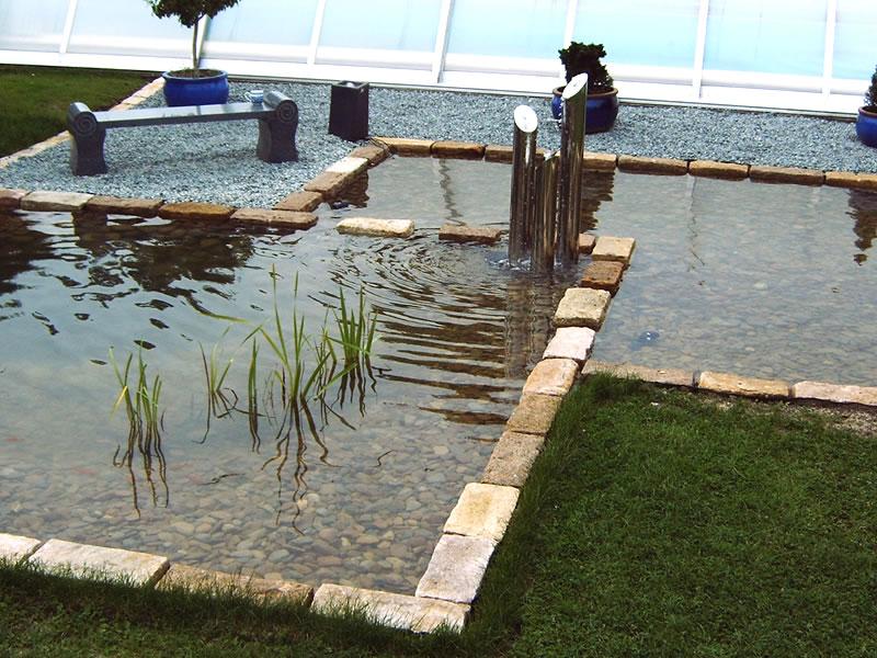Die Vielfältigkeit Von Wasser Als Gestaltungselement Im Garten Ist  Grenzenlos Und Regt Zum Betrachten, Entspannen Und Zum Verweilen An.